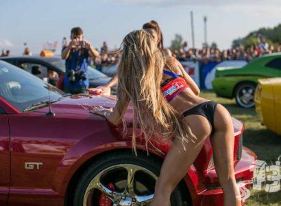 Το πιο sexy πλύσιμο αυτοκινήτου γίνεται στην Λευκορωσία (videos)
