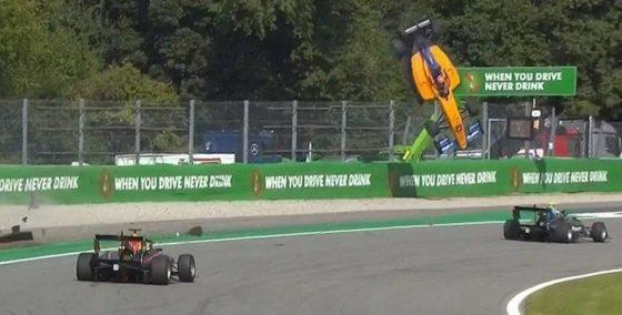 Απογειώθηκε οδηγός στον αγώνα της Formula 3 (vid)